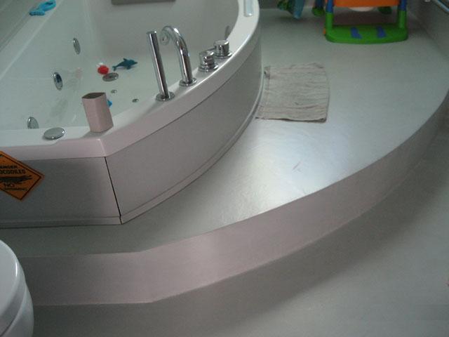 Bagno con pavimentazione in resina realizzato in provincia di Brescia