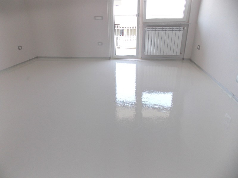 Pavimenti in resina bianco puro tecnosar for Immagini di pavimenti per interni